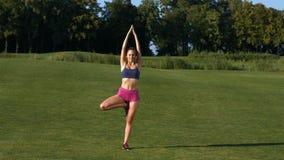 O instrutor ensina a ioga video estoque