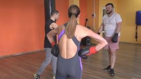 O instrutor masculino das artes marciais ensina truques de encaixotamento de um homem e de uma menina, movimento lento, único com vídeos de arquivo