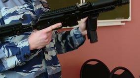 O instrutor militar mostra armas e explosivos video estoque