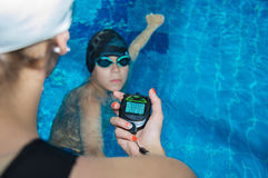 O instrutor na associação com um cronômetro marca o tempo no th Imagem de Stock