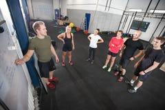 O instrutor pessoal ensina sua equipe do exercício da aptidão foto de stock royalty free