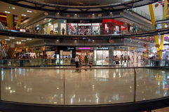 O interior da arena do shopping Imagens de Stock Royalty Free