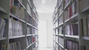 O interior da biblioteca Shelfs com livros filme
