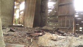 O interior da casa, do assoalho, da porta e da janela velhos e abandonados video estoque