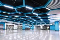 O interior da construção comercial da arquitetura moderna conduziu o sistema de iluminação fotos de stock royalty free