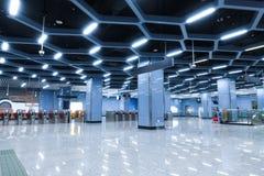 O interior da constru??o comercial da arquitetura moderna conduziu o sistema de ilumina??o imagem de stock royalty free