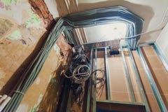 O interior da sala está sob a construção, a remodelação, a reconstrução e a renovação Fios bondes da instalação e imagens de stock royalty free