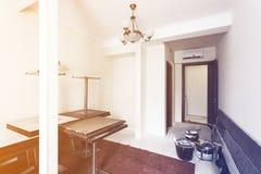 O interior da sala no apartamento prepearing à construção, à remodelação, à renovação, extensão, restauração e imagem de stock