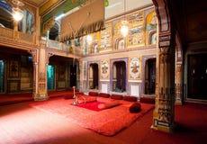 O interior da sala velha da mansão pertence à família indiana rica Fotos de Stock Royalty Free