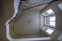 O interior das segundas escadas leves, candelabro dos trilhos foto de stock royalty free