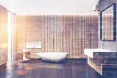 O interior de madeira do banheiro, dissipador quadrado tonificou a imagem Foto de Stock