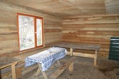 O interior de um alojamento de caça foto de stock