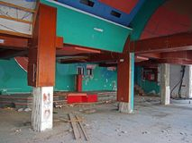 O interior de um derelict abandonou a discoteca ou o clube noturno com entulho cobriu o assoalho e prendeu a suspensão de muitos  fotos de stock royalty free