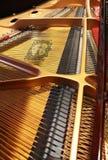 O interior de um piano de cauda de Yamaha Fotos de Stock Royalty Free