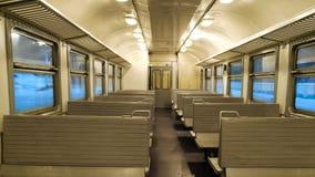 O interior de um trem de passageiros com lugares vazios Fotos de Stock