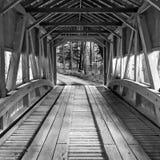 O interior de um vintage velho cobriu a ponte de madeira Imagem de Stock