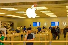 O interior de uma grande loja da maçã em Canadá imagem de stock