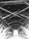 O interior de uma ponte coberta em Ashtabula, Ohio - OHIO foto de stock royalty free