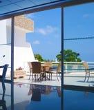 O interior de uma sala de jantar acolhedor no terraço com opiniões do mar fotos de stock royalty free