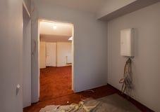 O interior do apartamento com tapete e a caixa elétrica fundem a caixa com fios durante a elevação ou a remodelação, renovação, e imagem de stock royalty free