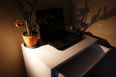 O interior do apartamento com uma mesa e um portátil fotos de stock