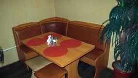 O interior do café com uma tabela e um sofá vazios Foto de Stock Royalty Free