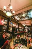 O interior do café Tortoni, é um dos cafés os mais bonitos no mundo fotografia de stock