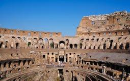 O interior do coliseu em Roma, Itália - completo com turistas - panorama fotos de stock