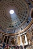 O interior do panteão com o sol famoso irradia em Roma, Itália Fotografia de Stock