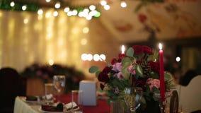 O interior do salão do banquete do casamento do Natal detalha a compilação com ajuste da tabela do decorand no restaurante Estaçã vídeos de arquivo