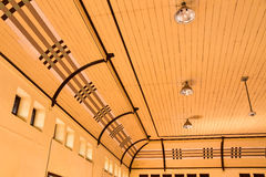 O interior dos tetos da estação de trem Com teste padrão de creme Fotografia de Stock Royalty Free