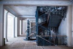 O interior espaçoso da mansão velha durante o trabalho da restauração fotos de stock