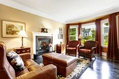 O interior home luxuoso com chaminé e o couro deitam Imagem de Stock