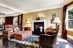 O interior home luxuoso com chaminé e o couro deitam Foto de Stock Royalty Free
