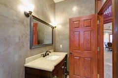 O interior luxuoso da mansão caracteriza o banheiro novo Foto de Stock
