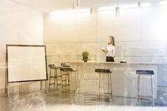 O interior moderno branco da barra, zomba acima, mulher Fotografia de Stock Royalty Free