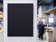 O interior preto do café do restaurante do menu da placa borrou o backgro dos povos fotografia de stock royalty free