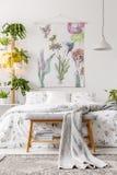 O interior urbano do quarto da selva com uma cama vestiu-se no fundamento branco e verde e pintou-se a arte na parede imagem de stock royalty free