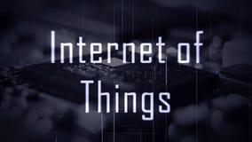 O Internet de IOT das coisas intitula com um fundo do microchip imagem de stock
