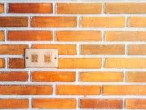 O interruptor da luz elétrico do grunge do close up desligou com a parede de tijolo vermelho para o fundo fotografia de stock royalty free