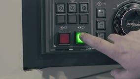 O interruptor da mão do ` s do trabalhador na tecla 'Iniciar Cópias' video estoque