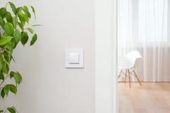 O interruptor da parede está no interior brilhante, contemporâneo Abra a porta fotos de stock royalty free
