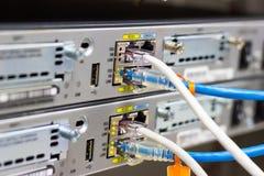 O interruptor de rede na cremalheira, cabos da rede conecta o porto do módulo de SFP imagem de stock