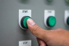 O interruptor do ` do começo do ` da pressão de mão no painel de controlo imagens de stock royalty free