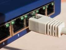O interruptor do roteador do modem com ethernet RJ45 obstrui portos imagens de stock