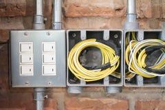 O interruptor ou a tomada de poder ajustaram-se na parede de tijolo velha do vintage fotos de stock royalty free
