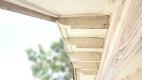 O intradorso de Gable Roof fora da cor branca tem trajetos de grampeamento imagens de stock