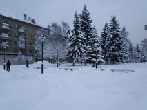 O inverno cobriu a cidade com a neve imagens de stock