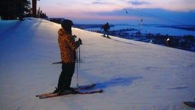 O inverno da paisagem desliza a estância de esqui, elevador de esqui, indo abaixo dos snowboarders e dos esquiadores em declive filme