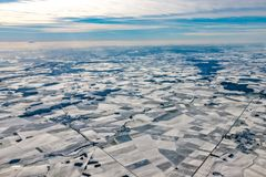 O inverno de Europa france cultivou os campos cobertos pelo panorama da antena da neve imagens de stock